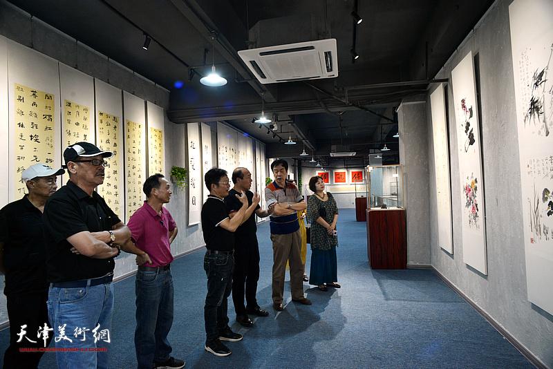 王树秋与廖静、姜维群、刘春芬、李学铭、钟有康、李宝明观赏展出的作品。