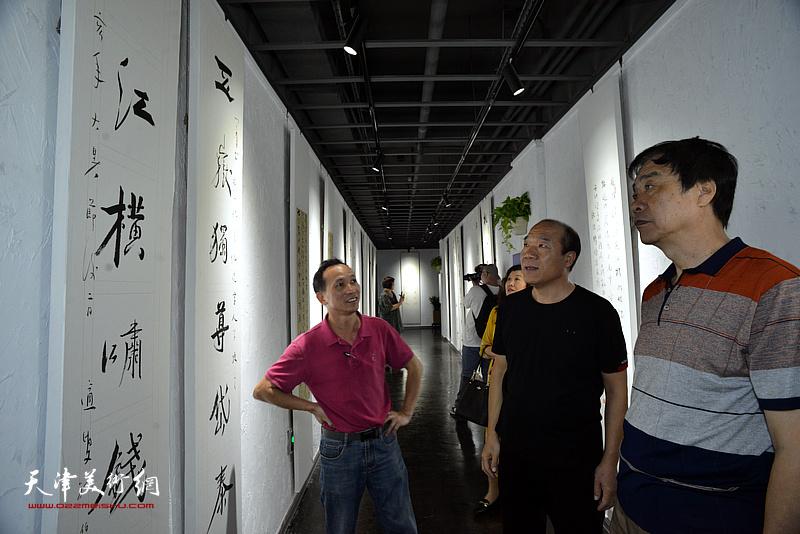 王树秋与姜维群、钟有康观赏展出的作品。