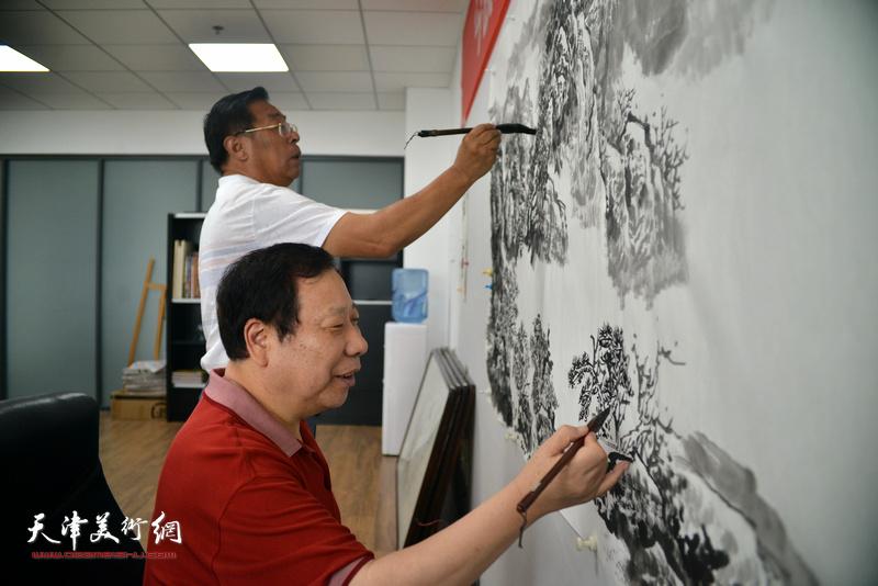 """赵俊山、杨利民在""""师情画意""""栏目组创作。"""