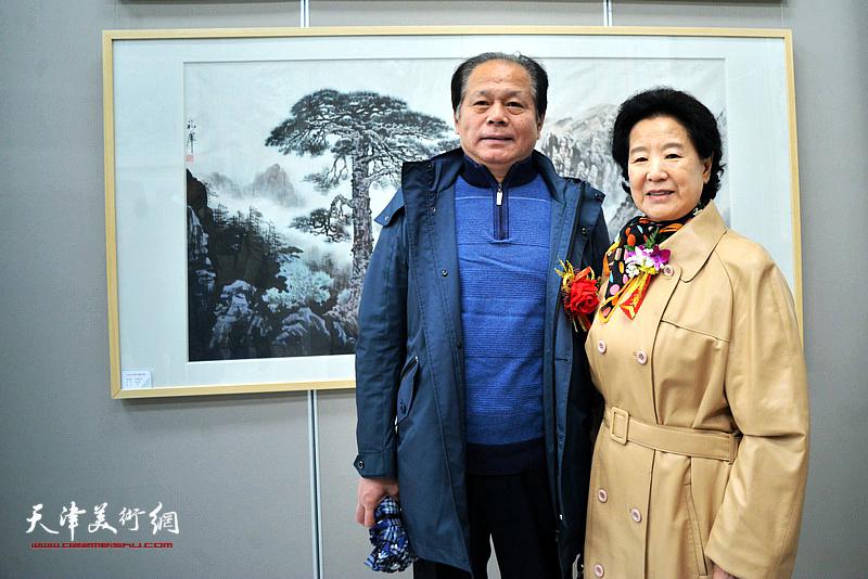 曹秀荣、刘士忠在画展现场。