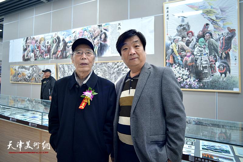 崔锦、翟洪涛在画展现场。