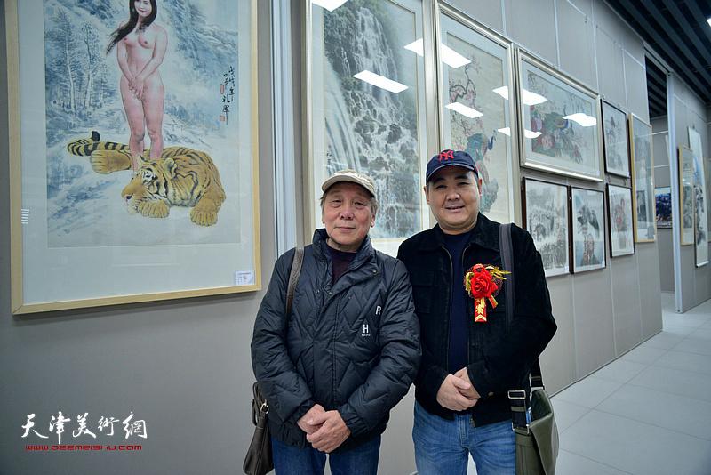 董嘉田、刘忠荣在画展现场。