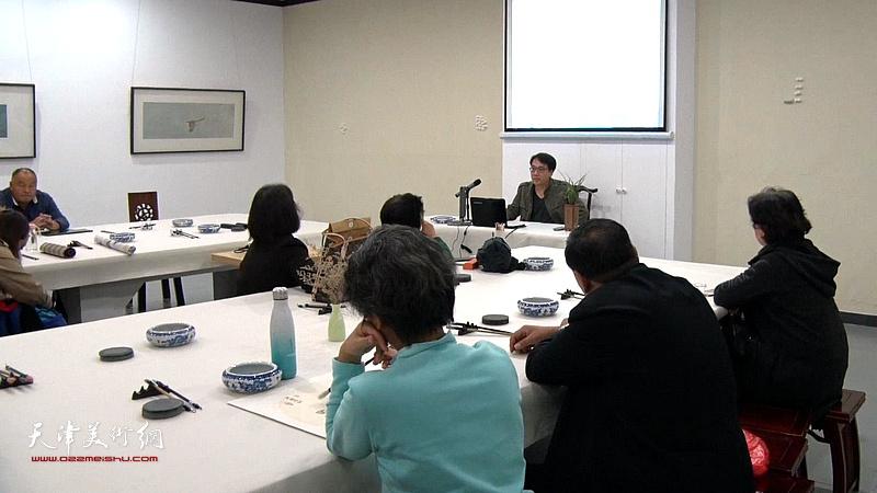 青年画家张晓彦在青源书院开学座谈会上讲演。