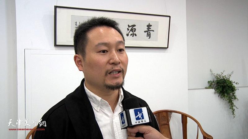 青年画家董玉飞在青源书院开学座谈会上接受媒体采访。