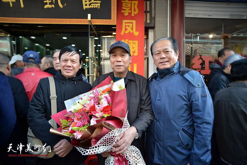 左起:李根友、郭凤祥、刘士忠在鹤艺轩。