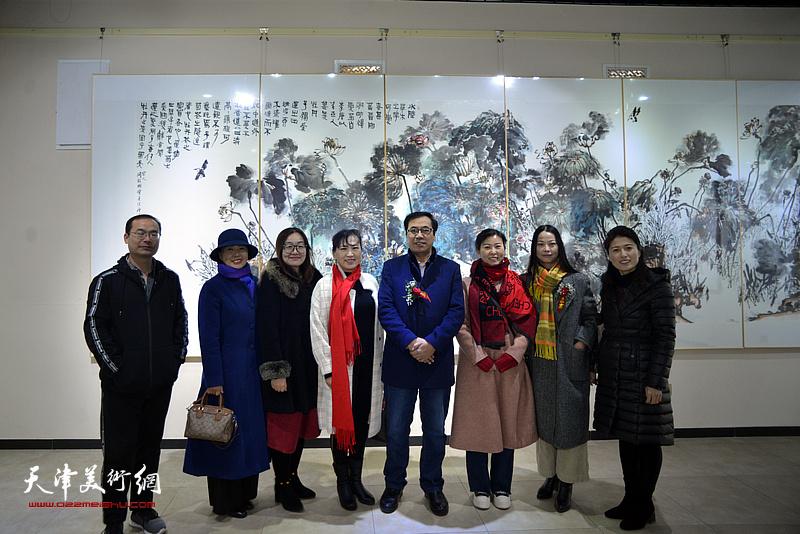 刘凤华、刘学梅、郭建颖、李秋荣等在画展现场。
