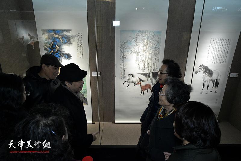 毓峋、筠嘉、崇嘉、姜云峰观赏展出的作品。