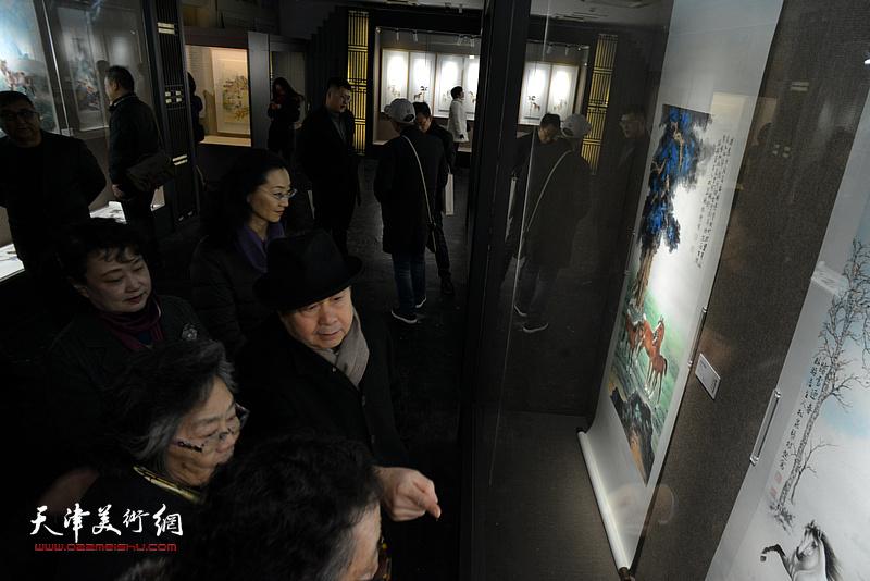 毓峋、筠嘉、李士青等观赏展出的作品。