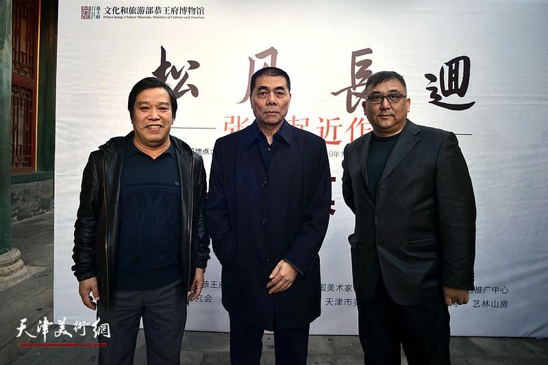 张根起与李耀春、杨文在画展现场。