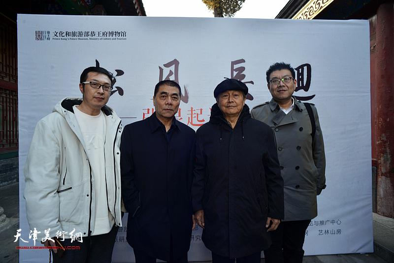 张根起与赵毅、嘉宾在画展现场。