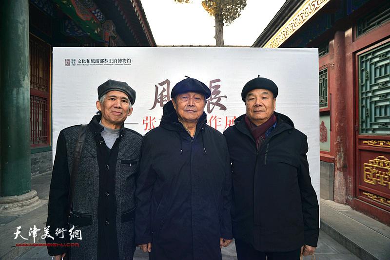 张根起与徐铁志、徐奎在画展现场。