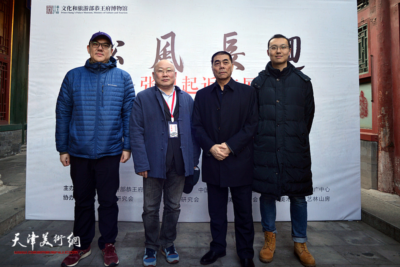 张根起与龚军、刘书正、李明彧在画展现场。