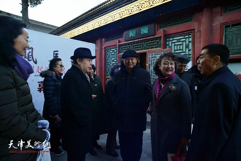 张根起与毓峋、赵毅、李士青、恒晖在画展现场交流。