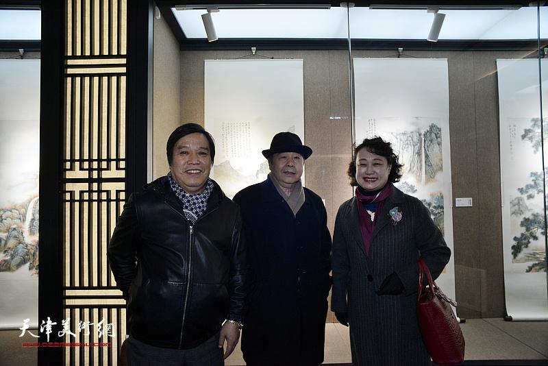 毓峋、李耀春、李士青在画展现场。