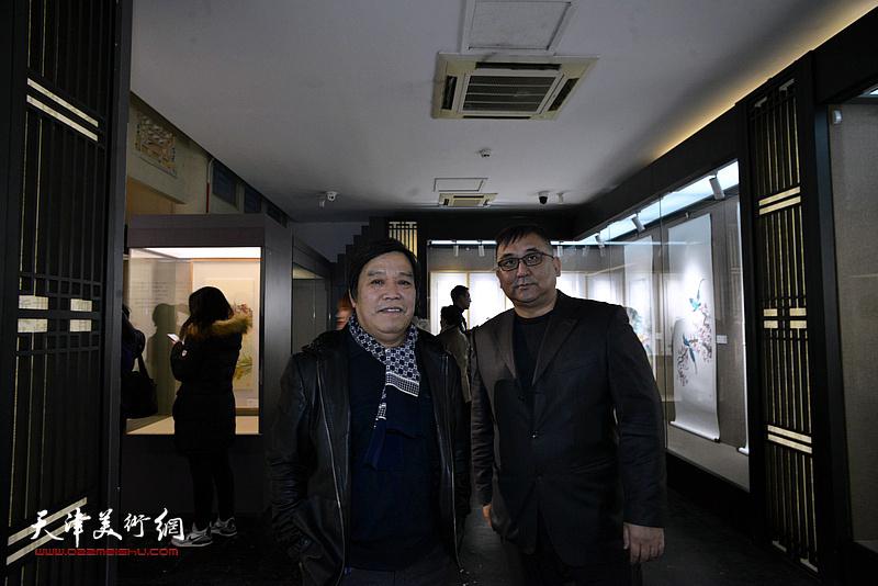 李耀春、杨文在画展现场。