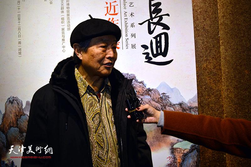赵毅向媒体介绍张根起的艺术。