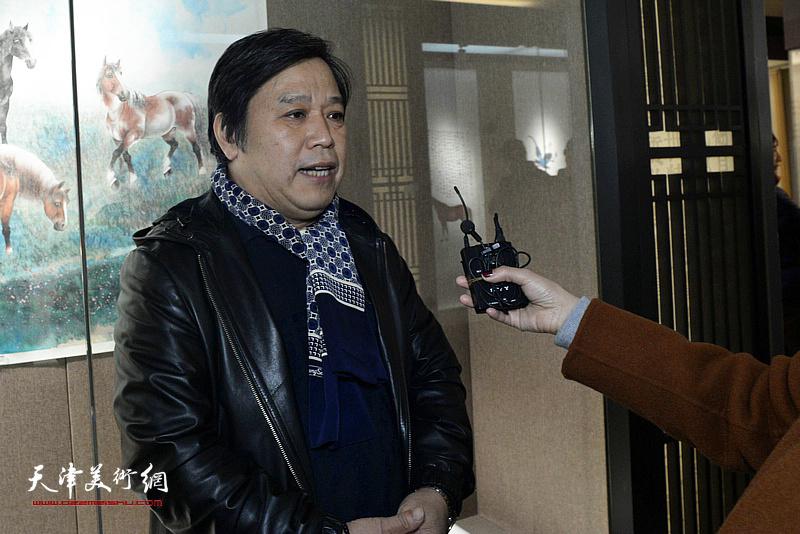 李耀春向媒体介绍张根起的艺术。
