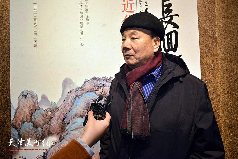 徐奎向媒体介绍张根起的艺术。
