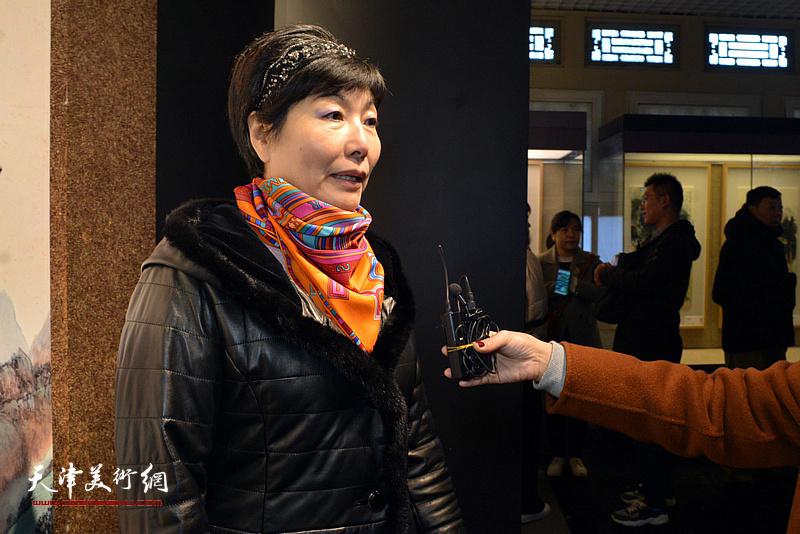 张凤玲向媒体介绍张根起的艺术。