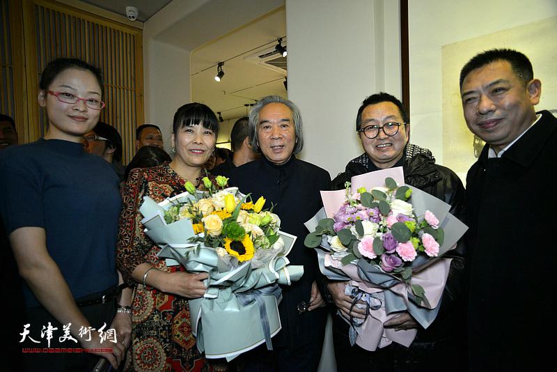 学生们向霍春阳教授献花,祝贺画展举办成功。