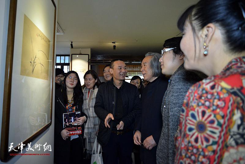 霍春阳教授在画展现场为来宾品画。