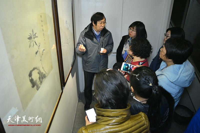路洪明教授在画展现场为艺术院校学生解读作品。