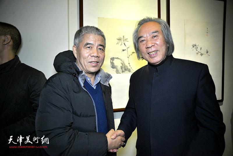 路洪明教授与著名策展人、书画评论家杨维民在画展现场。