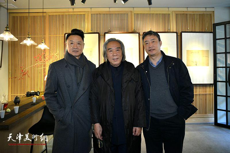 路洪明教授与天津美术学院教授路洪明、青桐轩艺术馆馆长高文清在画展现场。