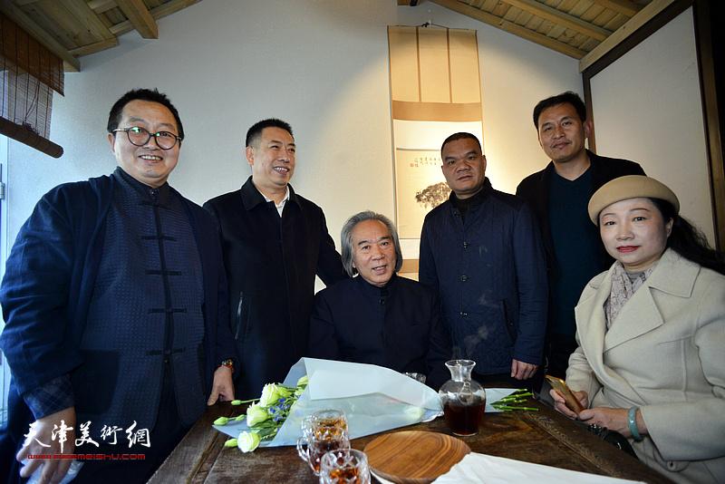 霍春阳教授与单长鸿、王霭馨等在画展现场。