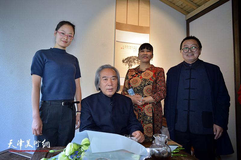 霍春阳教授与单长鸿等在画展现场。