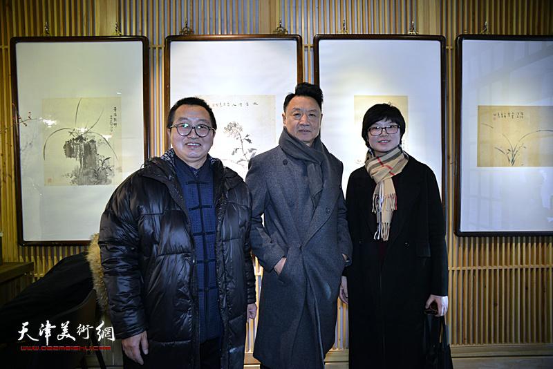 李旺教授、单长鸿、谢雅云在画展现场。