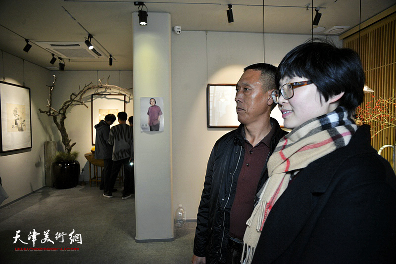 谢雅云与来宾在画展现场。