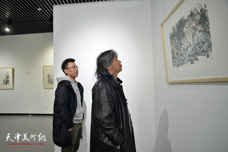 田萌在画展现场观看作品。