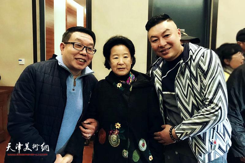 曹秀荣、张维、杜东刚在画展现场。