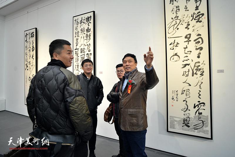 王琨向来宾介绍展出的作品