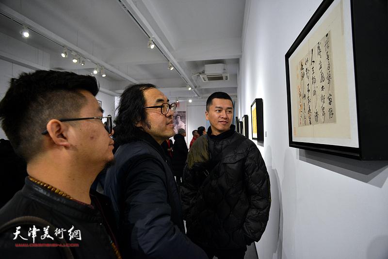 郑金岩、朱国惠、邓典观赏展出的作品