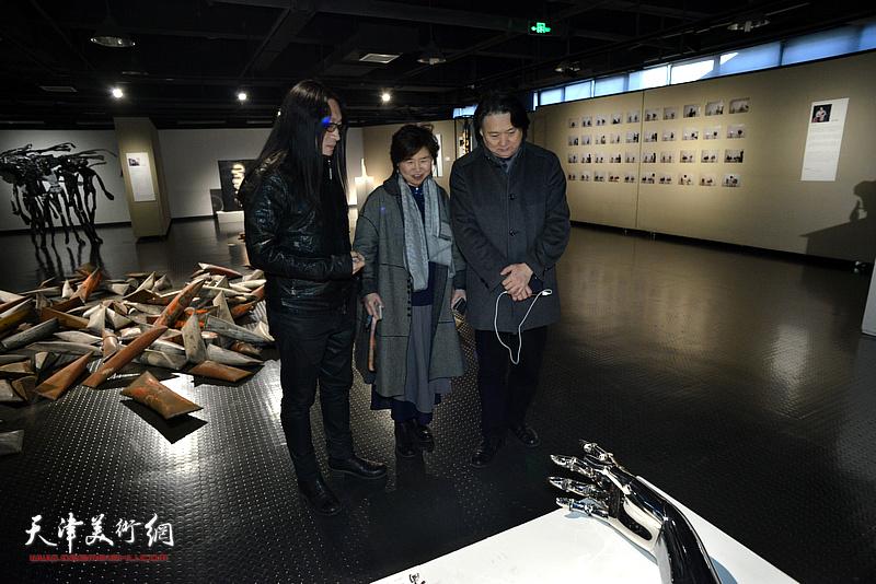 参展作者赵展向薛义、龚立君介绍展出的作品。