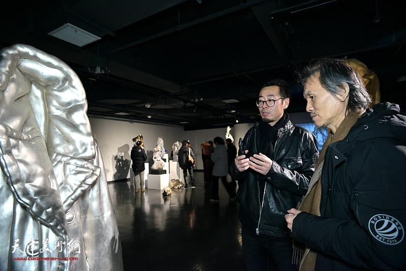 参展作者赵展向介绍展出的作品。