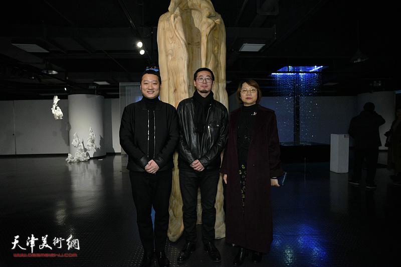 孙杰、赵展、许楠在展览现场。