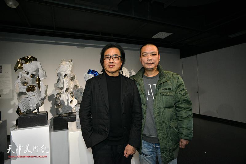 景育民、刘军在展览现场。