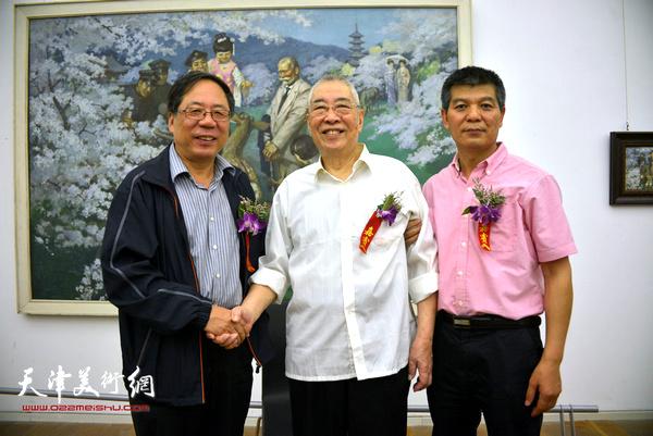 邓家驹先生与陈英杰、范扬在画展上。