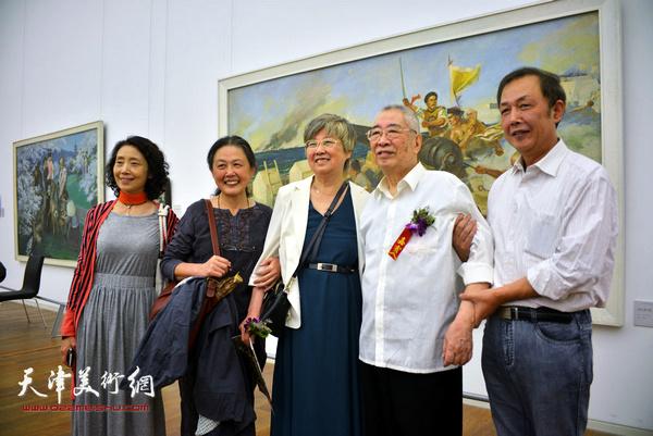 邓家驹先生与夫人徐礼娴、观众在画展上。