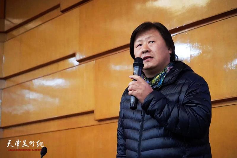 天津美院造型基础部系主任姜中立教授主持讲座活动。