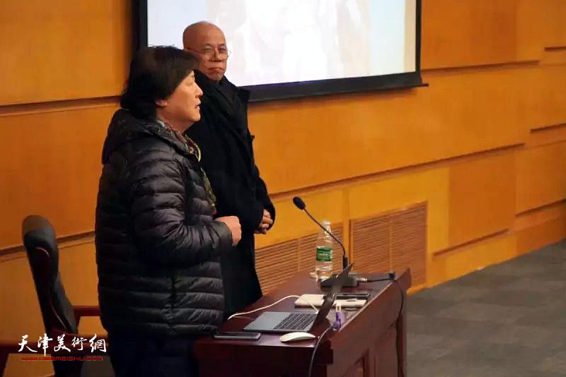 """王玉琦先生、姜中立教授在""""画家——我的生活""""主题讲座上。"""