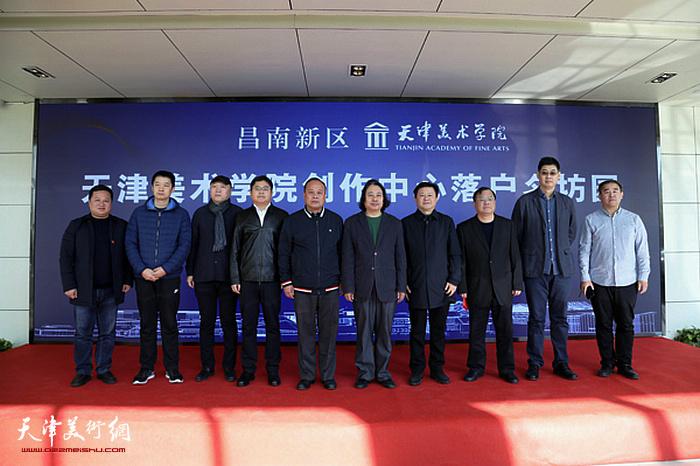 贾广健、熊皓、高唤虎、倪卫春、陈鸿云、宋桂展、薛明、周午生上台见证了双方签约。