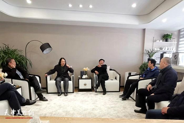 天津美术学院贾广健一行与昌南新区各级负责人会面交流。