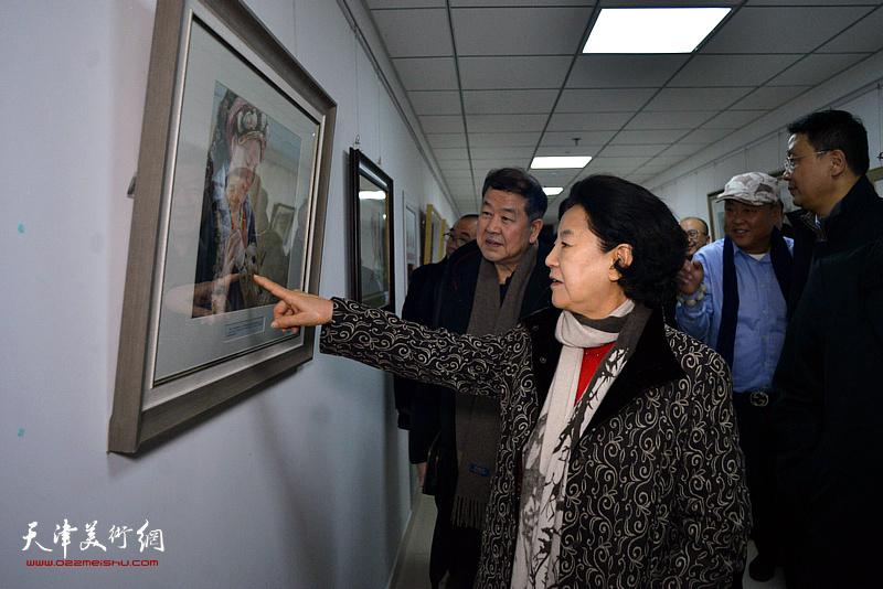 曹秀荣、王学书观看展出的作品。