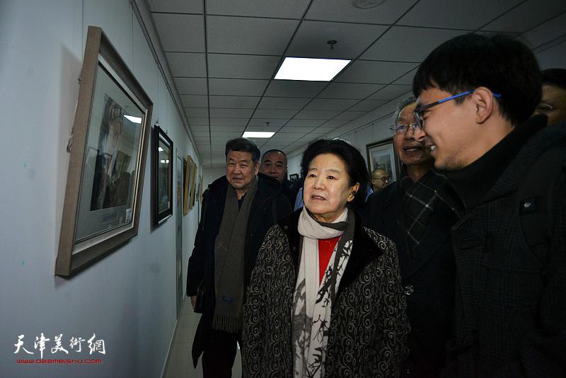 张一辰向曹秀荣介绍展出的作品。