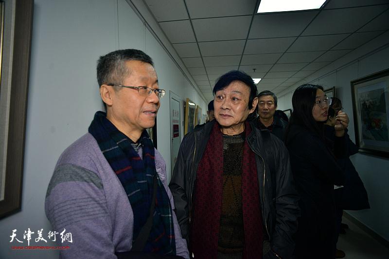 琚俊雄、吕培桓观看展出的作品。
