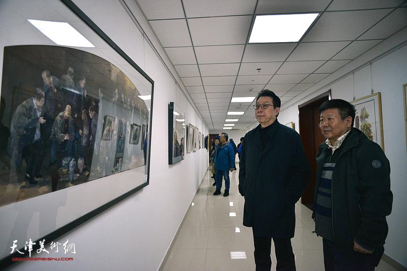 刘书翰、帅起观看展出的作品。